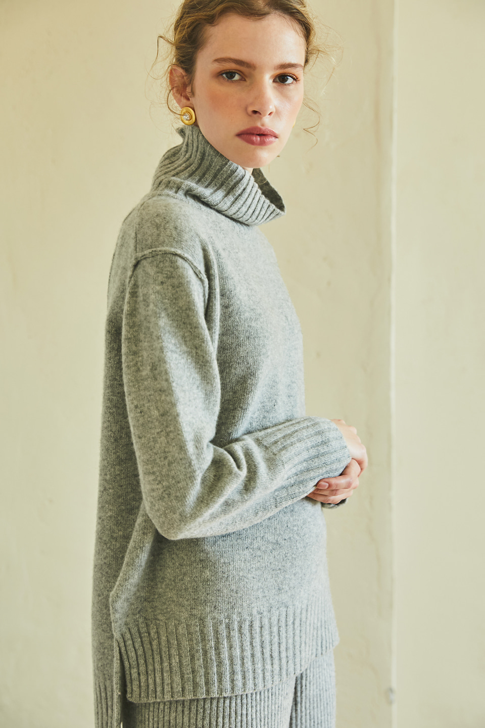 cashmere turtle-neck pullover (light gray)